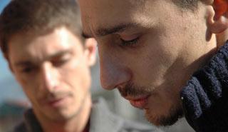 Alessandro Angelini assieme a Giorgio Pasotti durante le riprese del film L'aria salata