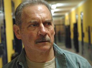 Giorgio Colangeli in una scena del film L'aria salata