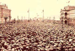 Piazza Unità a Trieste gremita di folla a inizio secolo