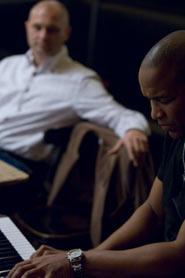 Paolo Ghiotto accompagnato al pianoforte durante una lettura di poesie