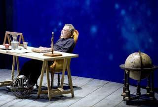 Una scena di Vita di Galileo progettata da Pier Paolo Bisleri