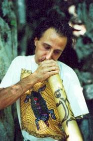 Verticchio che suona il didgeridoo