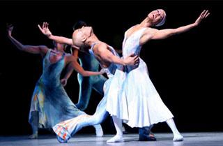 Una coppia di ballerini dell'Alvin Ailay American Dance Theatre mentre esegue Night Creature