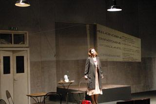 Anna Galiena a teatro in una scena di Quale droga fa per me