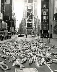 Foto di Times Square con persone nude distese al suolo