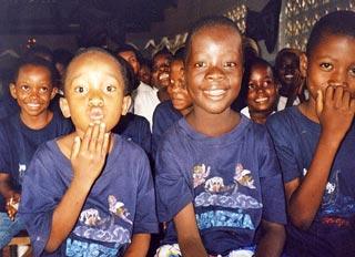Alcuni bambini aiutati da Turina