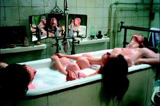 La scena della vasca da bagno con i protagonisti di The Dreamers di Bernardo Bertolucci
