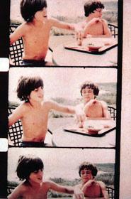 Jonas Mekas-John veut prouver à Anthony qu'il peut garder plus de myrtilles dans sa bouche que lui.. Montauk, Aout 1972