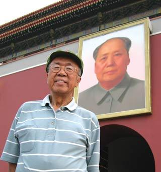 Ji Chaozhu con la foto di Mao alle spalle