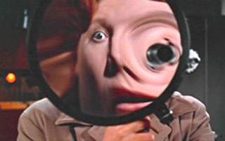 scena di peeping tom