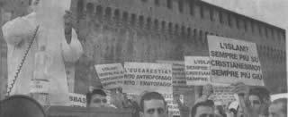 La manifestazione promossa da Adel Smith e i cartelli contro il cristianesimo
