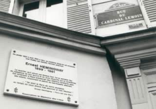 La lapide sulla casa parigina di Hemingway