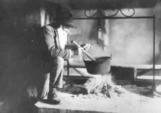 Ritratto di anziano davanti al fogolar