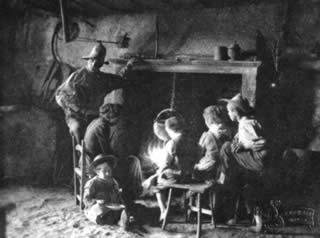 Isontino: gruppo di famiglia all'interno di una casa contadina — 1900 ca