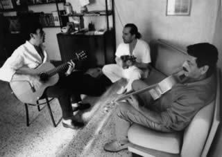 Giovanni Wurzburger, Lino Cannavacciuolo (violino), Sasà Pelosi (basso) durante la recording session a casa Wurzburger