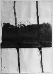 Giuseppe Spagnulo, Croce, 2002, Carbone, ossido di ferro e sabbia vulcanica su carta