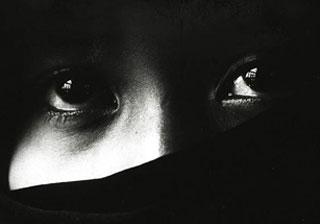 ragazza iraniana con addòsso lo chador