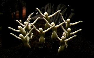 Cristi fluorescenti utilizzati nello spettacolo Nella città di K