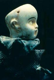 Bambola priva di capelli, ma soprattutto, senza occhi.