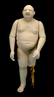Marionetta che sorregge la protesi di un corpo umano priva di una gamba