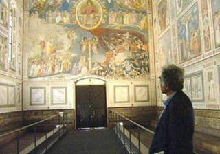 Carlo Ginzburg osserva gli affreschi del Giotto
