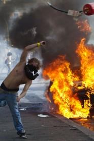 Manifestante che lancia l'estintore - Er Pelliccia