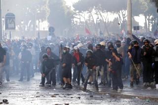 Black Bloc schierati a Piazza S. Giovanni