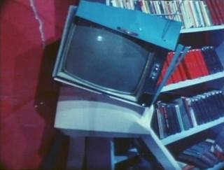 """La scenografia si sconquassa. Un fotogramma da """"Presents"""" (1980)"""
