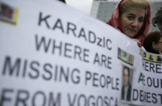 Manifestanti davanti alla corte del Tribunale Internazione dell'Aja
