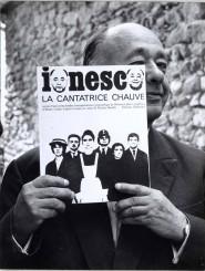 Eugène Ionesco con in mano il copione de La cantatrice calva