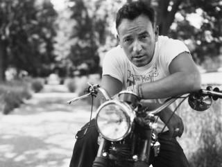Springsteen nella difficile imitazione simultanea di Marlon Brando e Stan Laurel