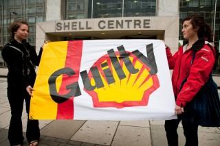 Manifestanti contro la Shell