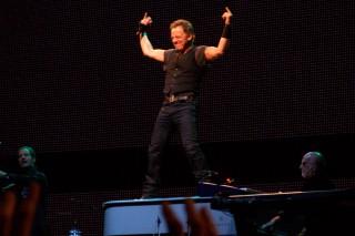 Bruce che salta sul piano