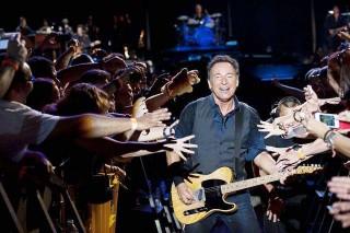 Bruce passa fra due ali di folla adoranti