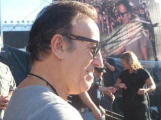 Bruce Springsteen a Helsinki mentre - a giudicare dai visi immortalati nel maxischermo - saluta me o mio marito