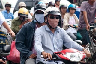 Scooter e mascherine antismog a Saigon