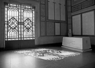 Salone centrale del Famedio con sepolcro di Luca Beltrami
