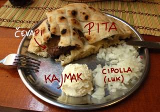 Cevapi nella pita con kajmak e cipolla
