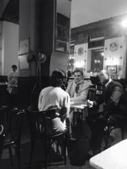 Una foto di scena con Isaura Argese sullo sfondo e, da sinistra, Giustina Testa, Julian Sgherla e Riccardo Beltrame