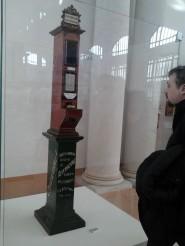 Il distributore automatico di polizze assicurative esposto alla mostra La Grande Trieste