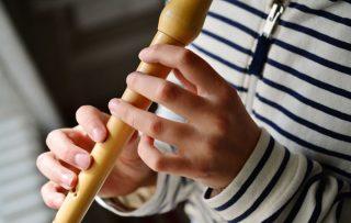 Bambino che suona il flauto